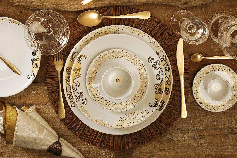 Imagem: Um lindo contraste entre duas texturas douradas. E além disso, o modelo Coup Golden conta com pequenos detalhes encantadores. As xícaras possuem um elemento decorativo na parte interna também.