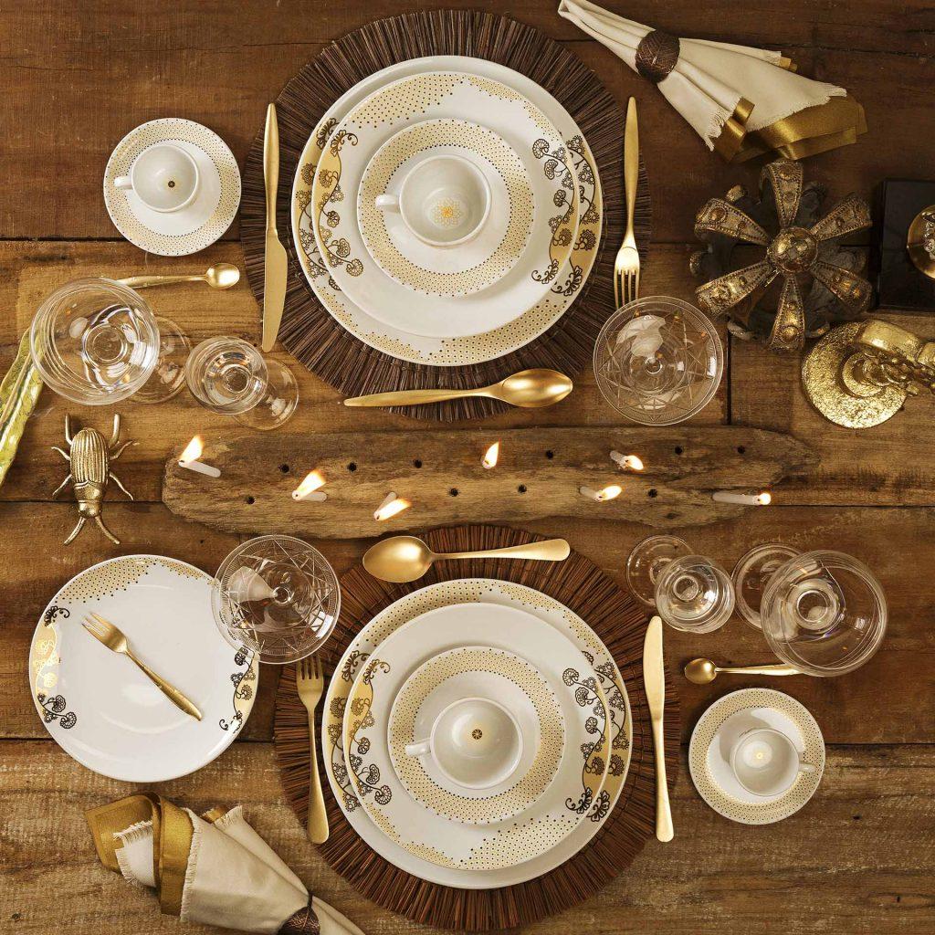 Imagem: Nessa composição os acessórios em dourado, combinados com elementos rústicos, ajudam a deixar a mesa ainda mais sofisticada.