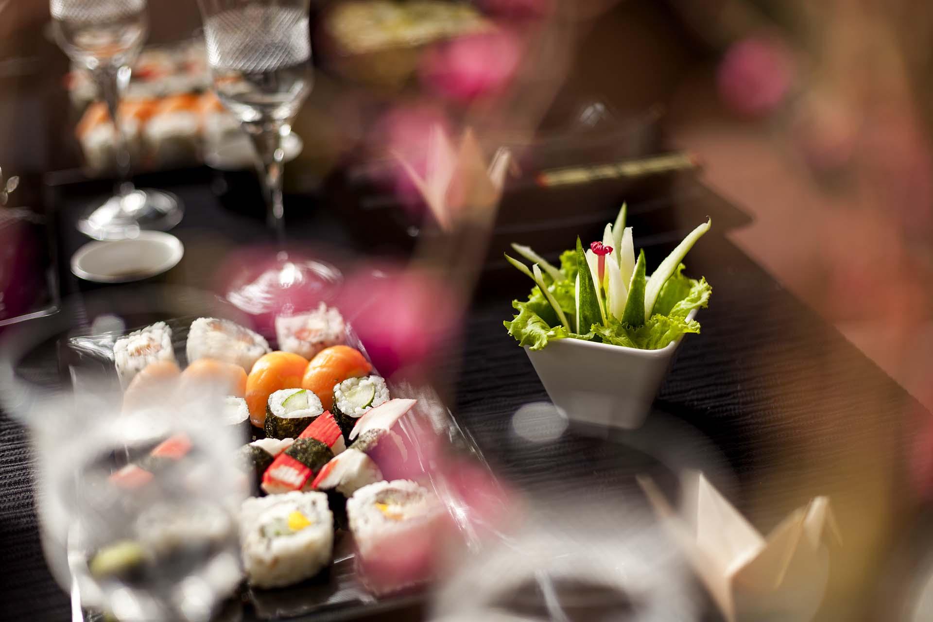 Imagem: Ramequins e pequenos potinhos, além de deixarem a mesa delicada, fazem com que os convidados consigam se servir com mais facilidade. Foto: Raphael Günther/Bespoke Content.