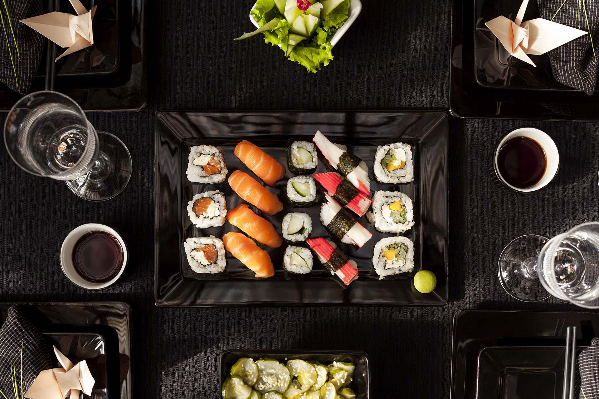 Imagem: Aqui o nosso jantar temático é japonês! A louça preta dá destaque para a comida e os detalhes são encantadores, como os Tsurus. Foto: Raphael Günther/Bespoke Content