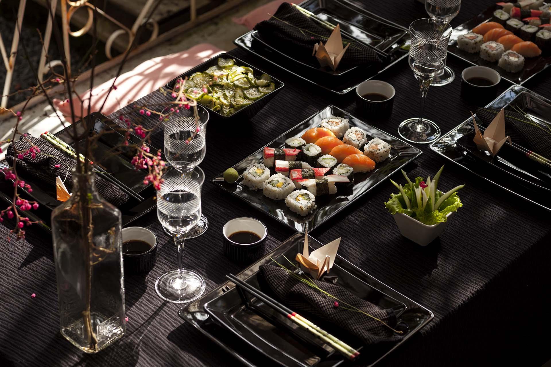 Imagem: Os potinhos com shoyu devem ser individuais e ficar sempre à frente do prato de cada convidado para evitar acidentes. Foto: Raphael Günther/Bespoke Content.