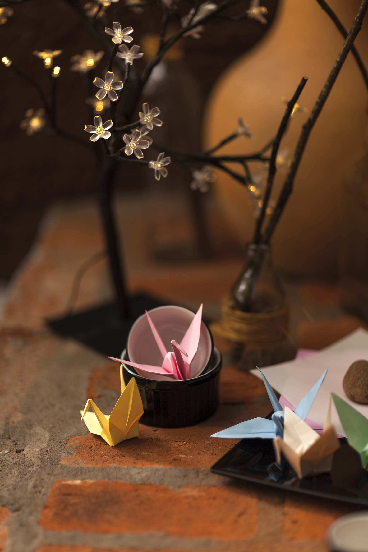 Imagem: Cantinho especial para que cada convidado faça seu Tsuru de origami, uma boa lembrança da noite! Foto: Raphael Günther/Bespoke Content.