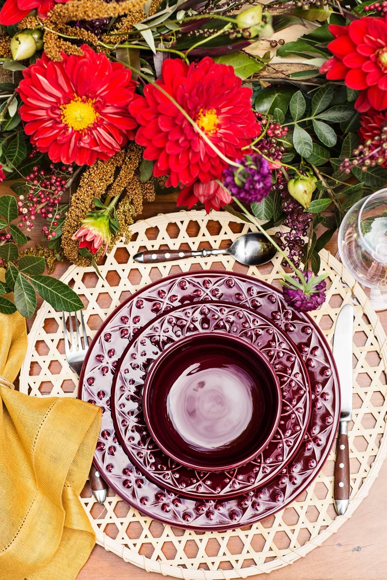 Imagem: Para o astral de Fogo, uma das sugestões de presentes de Dia das Mães é o Mendi Corvina. O relevo das bordas é inspirado nas pinturas de henna. Foto: Elisa Correa.