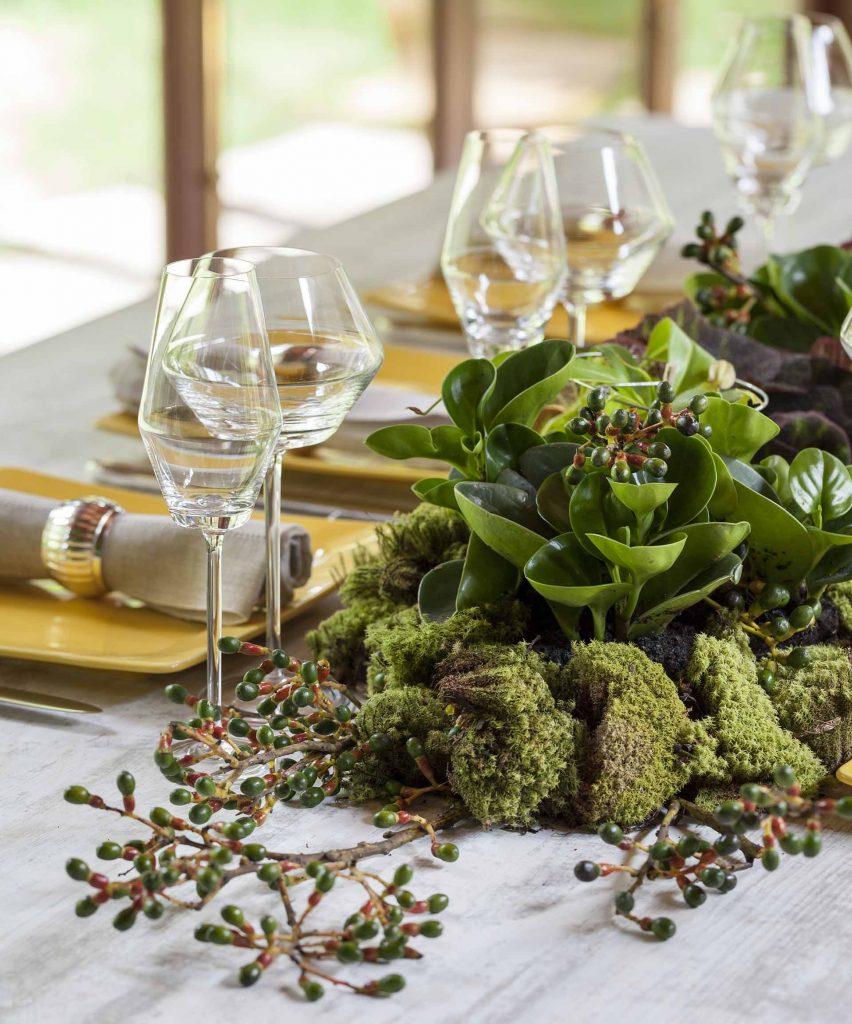 Imagem: Aqui optamos por uma composição mais ousada de arranjo, fugindo de flores e indo para algo mais verde, com plantas bem exóticas. Foto: Julia Ribeiro.