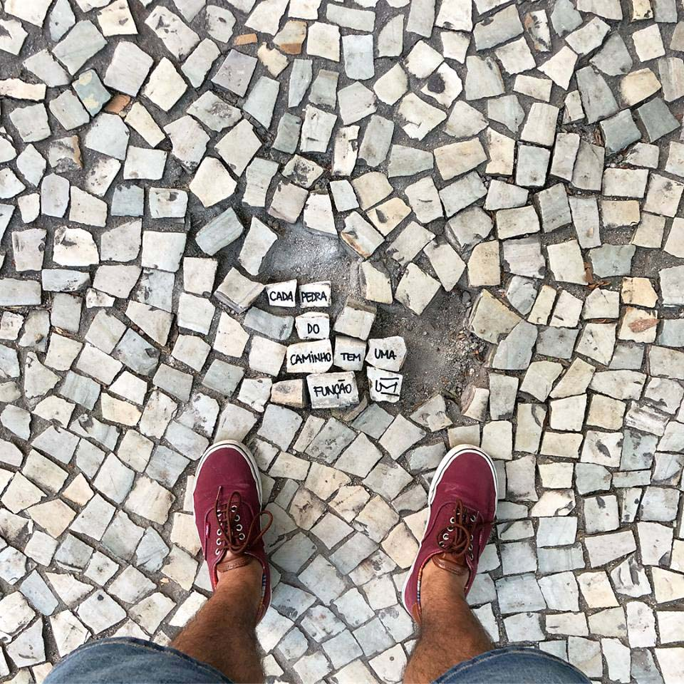 Imagem: Cada pedra do caminho tem uma função. Às vezes, as frases do Um cartão saem da internet e vão parar em alguns lugares bem inusitados.