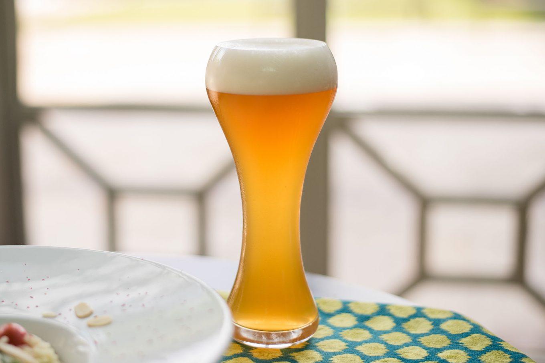 Imagem: Cerveja de trigo servida no copo Weizen, da Oxford Crystal. Foto: Karla Rudnick.