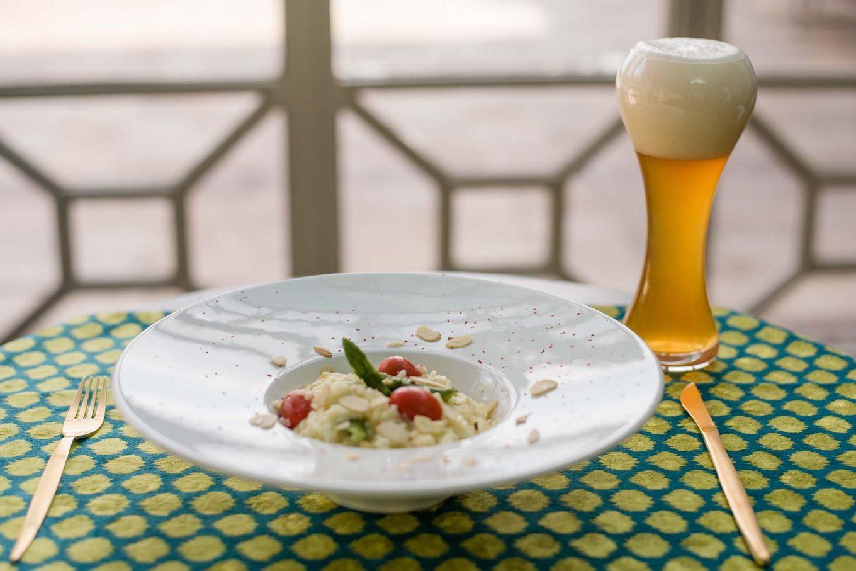 Imagem: Harmonização veggie: risoto de aspargos com cerveja Weizenbier. Foto: Karla Rudnick.