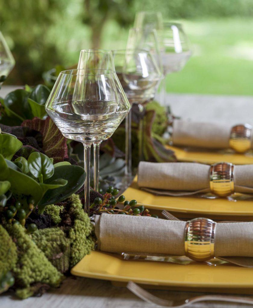Imagem: É importante pensar no tipo de cardápio escolhido para a montagem de uma mesa. O tipo de comida e bebida servidas é que ditam a quantidade de pratos, talheres e taças. Foto: Julia Ribeiro.