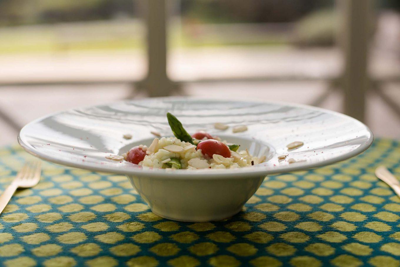 Imagem: O prato de entrada da Oxford Porcelanas tem capacidade para um porção ideal de risoto para uma pessoa. Além disso, a apresentação fica muito elegante. Foto: Karla Rudnick.