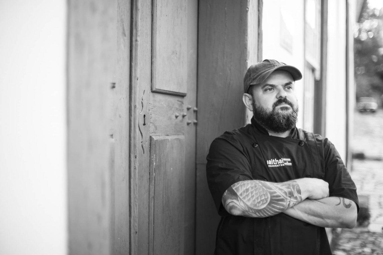Imagem: O chef Ricardo Martins em frente ao restaurante UaiThai em Tiradentes. Foto: Divulgação.