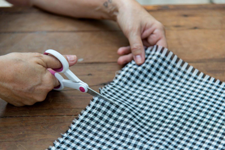 Imagem: Passo 1: Corte o tecido no tamanho aproximado da altura e da largura do copo. Foto: Cacá Bratke.