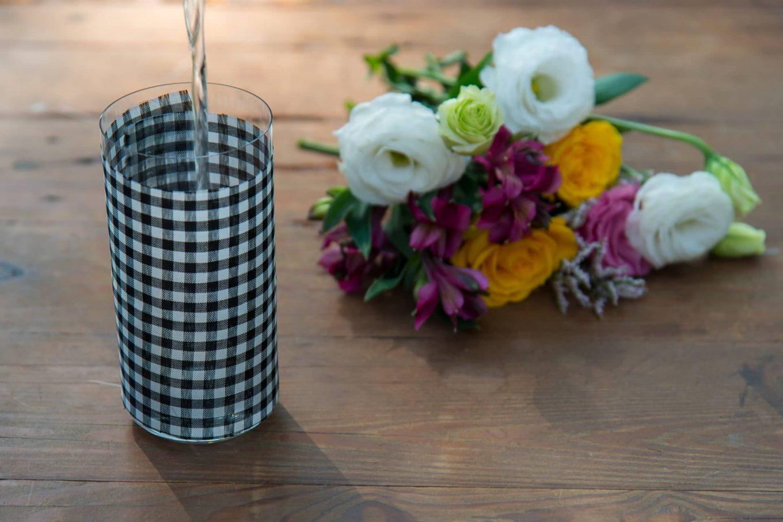 Imagem: Passo 4: Encha o copo com água até dois dedos antes do final. Isso evita que ele vire facilmente.Foto: Cacá Bratke.