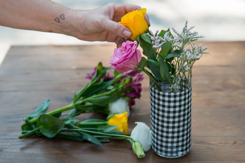 Imagem: Passo 5: Faça o arranjo colocando flores de tipos e cores diferentes. Foto: Cacá Bratke.