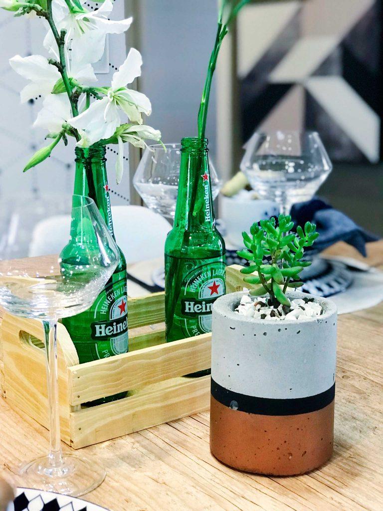 Imagem: Destaque para os arranjos de flores feitos com garrafas de cerveja. Foto: Meu Apê 34.