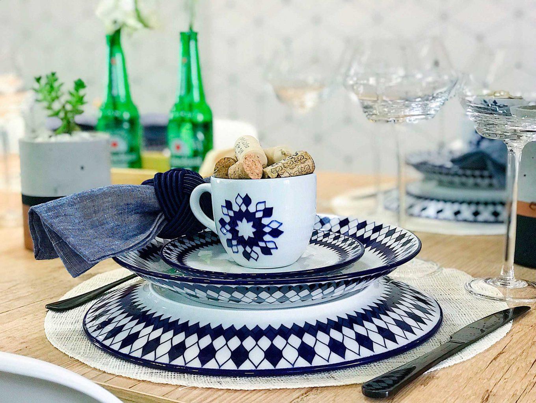 Imagem: Os pratos da coleção Coup Chess possuem decoração frente e verso. A estampa é inspirada no jogo de xadrez. Foto: Meu Apê 34.