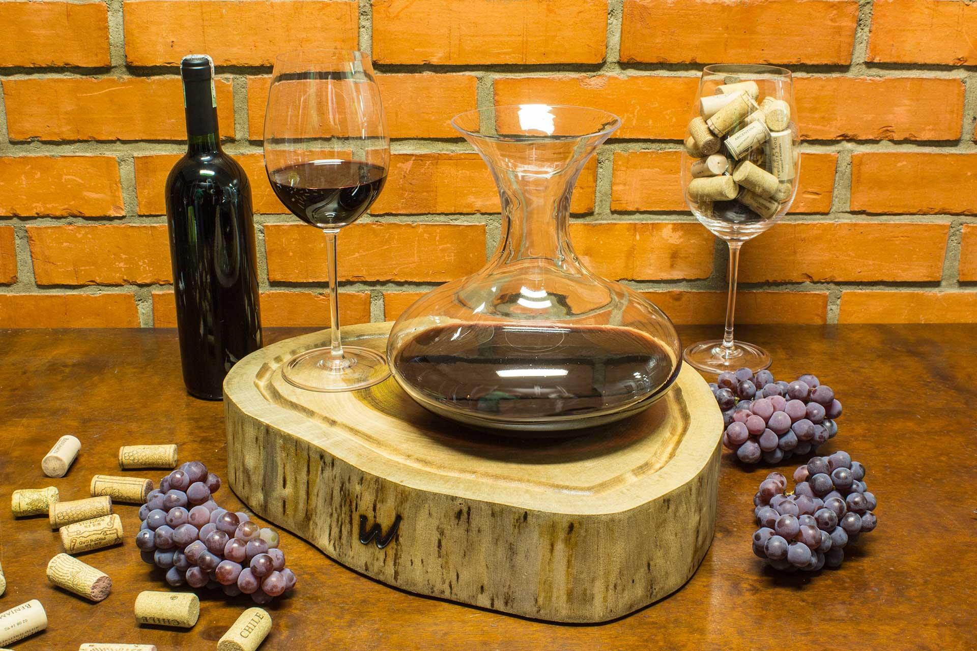 Imagem: Para a degustação de vinhos ser ainda mais completa, o uso de um decanter é essencial. A Oxford Crystal possui um modelo feito à mão com puro cristal. Foto: Equipe Oxford.
