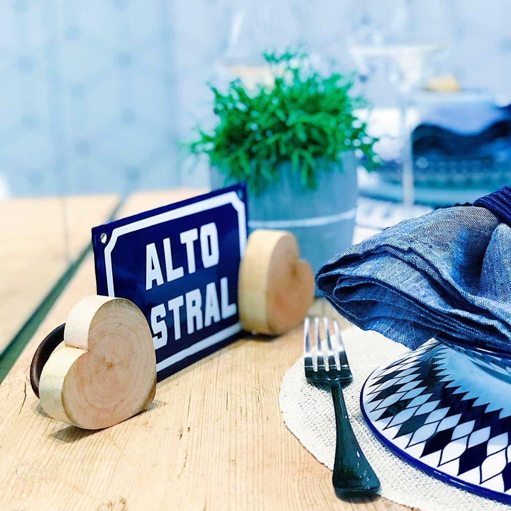 """Imagem: Que tal apostar em plaquinhas para decorar a mesa? Essa aqui contém a expressão """"alto astral"""", tudo a ver com o Dia dos Pais. Foto: Meu Apê 34."""