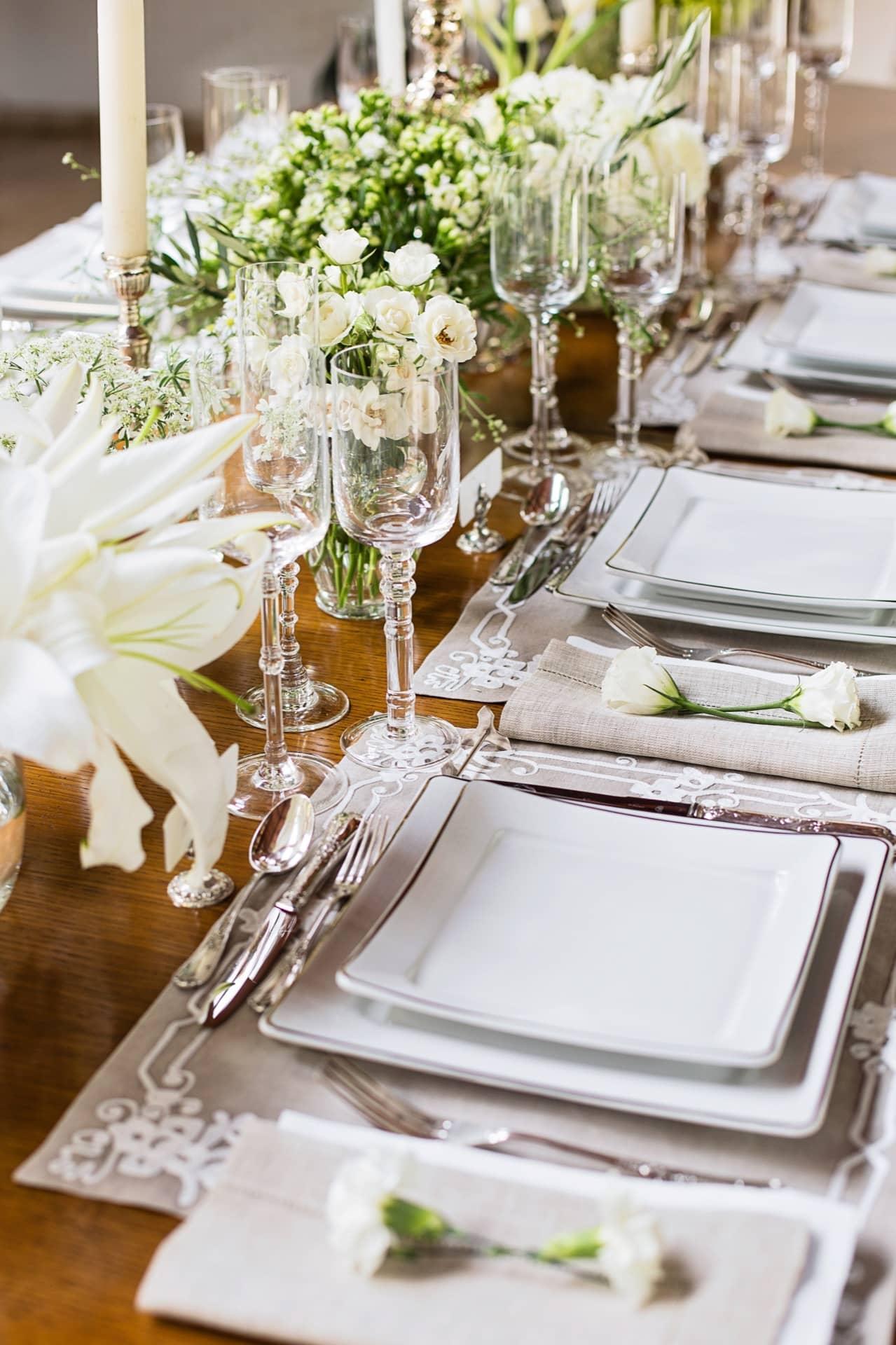 Imagem: Com pratos quadrados, enfeitados com filete dourado, a mesa do jantar formal ganha sofisticação e modernidade. Foto: Elisa Correa.