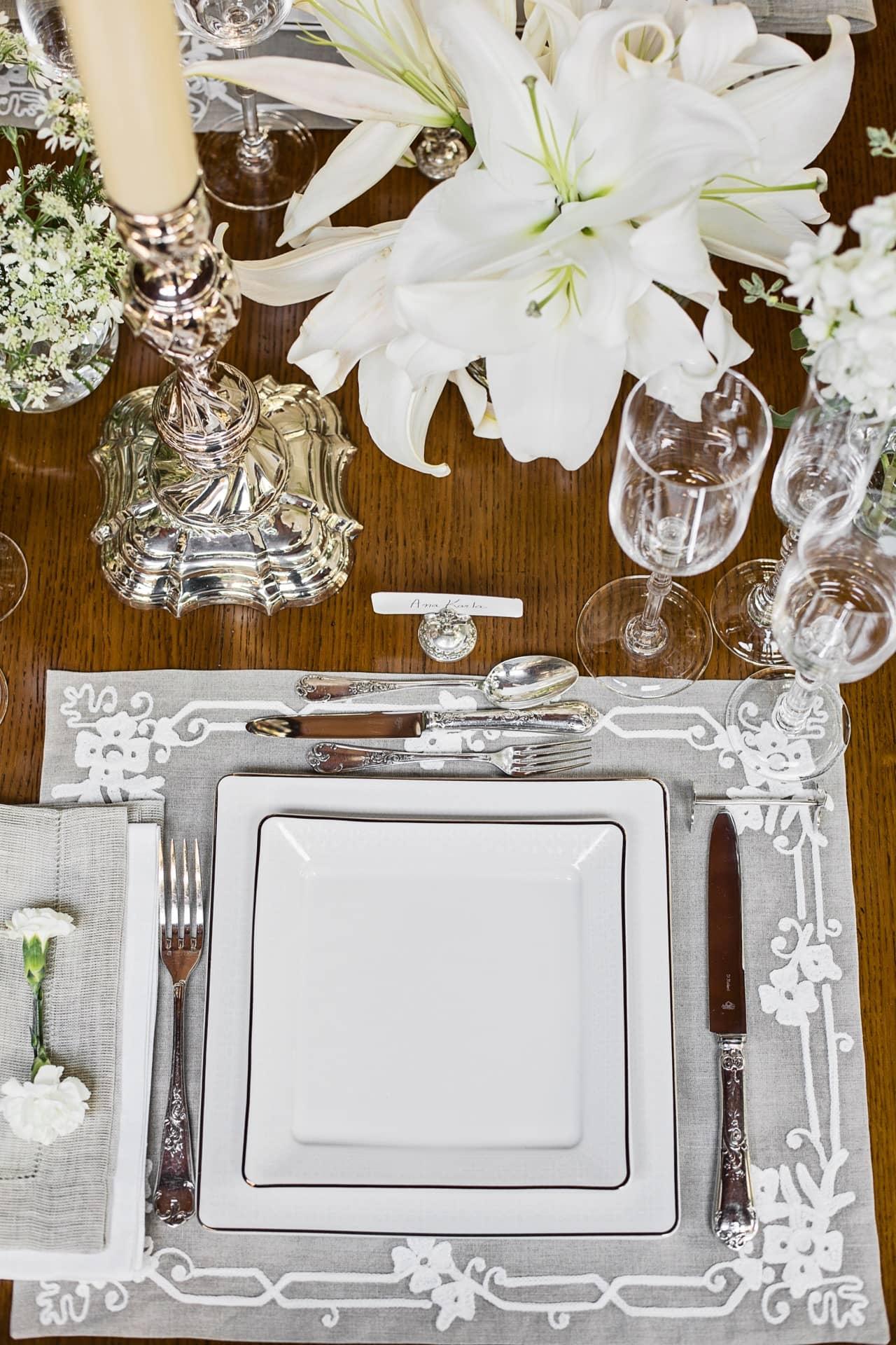 Imagem: O requinte dos materiais e o design impecável são elementos-chave desta mesa posta para um jantar elegante. Foto: Elisa Correa.