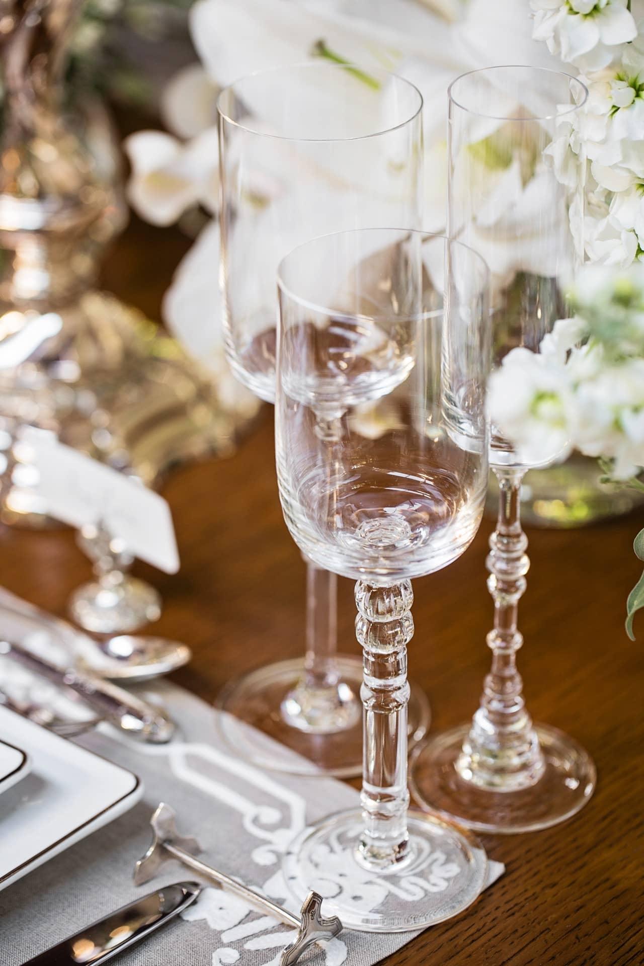 Imagem: Para brindar em grande estilo, sugerimos as charmosíssimas taças de cristalda coleção Classic 250, da Oxford Crystal. Cada uma delas tem hastes com detalhes diferentes, inspirados na arquitetura paulistana. Foto: Elisa Correa.
