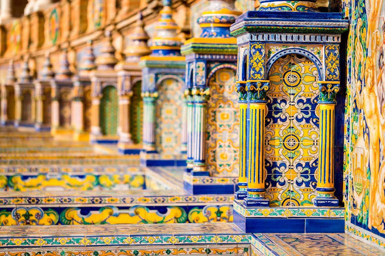 Imagem: A belíssima azulejaria da Praça de Espanha, na cidade de Sevilha. Foto: Shutterstock/el lobo.
