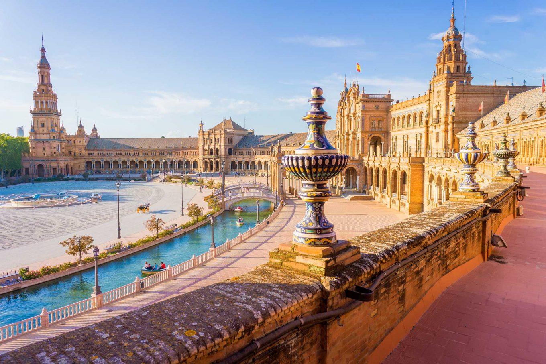 Imagem: Praça de Espanha, um dos principais atrativos da cidade de Sevilha. Foto: Shutterstock/LucVi.