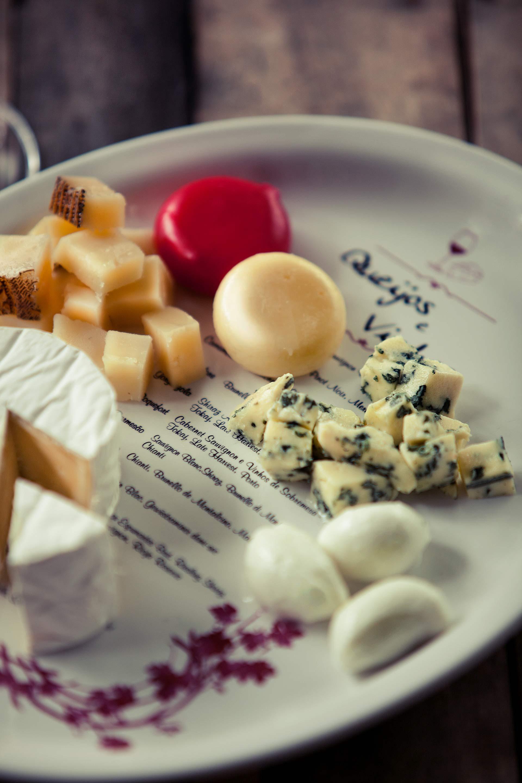 Imagem: A Oxford possui uma travessa de porcelana que já traz na própria decoração diversas sugestões de harmonização com queijos e vinhos.