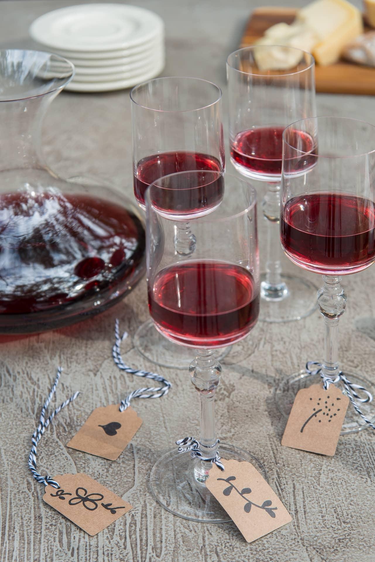 Imagem: Taças de vinho de cristal Classic 250, e Decanter Profissional de cristal, ambos Oxford Crystal. Foto: Cacá Bratke. Realização: Cláudia Pixu.