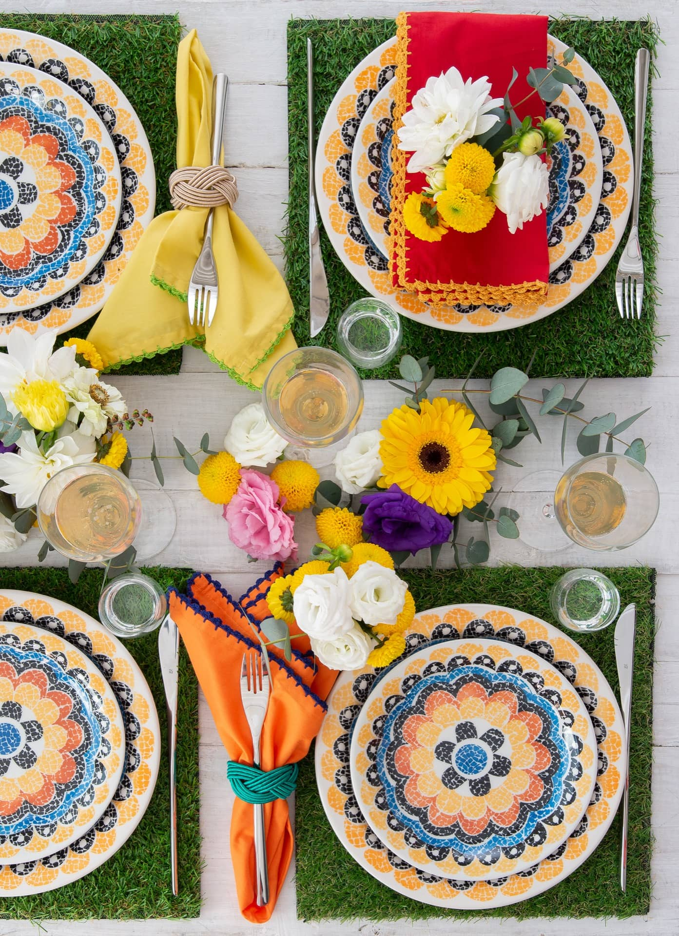 Imagem: Flores estilizadas enfeitam o conjunto de jantar Floreal Summer da Oxford Daily.Jogo americano de grama sintética da Villa Pano. Foto: Cacá Bratke