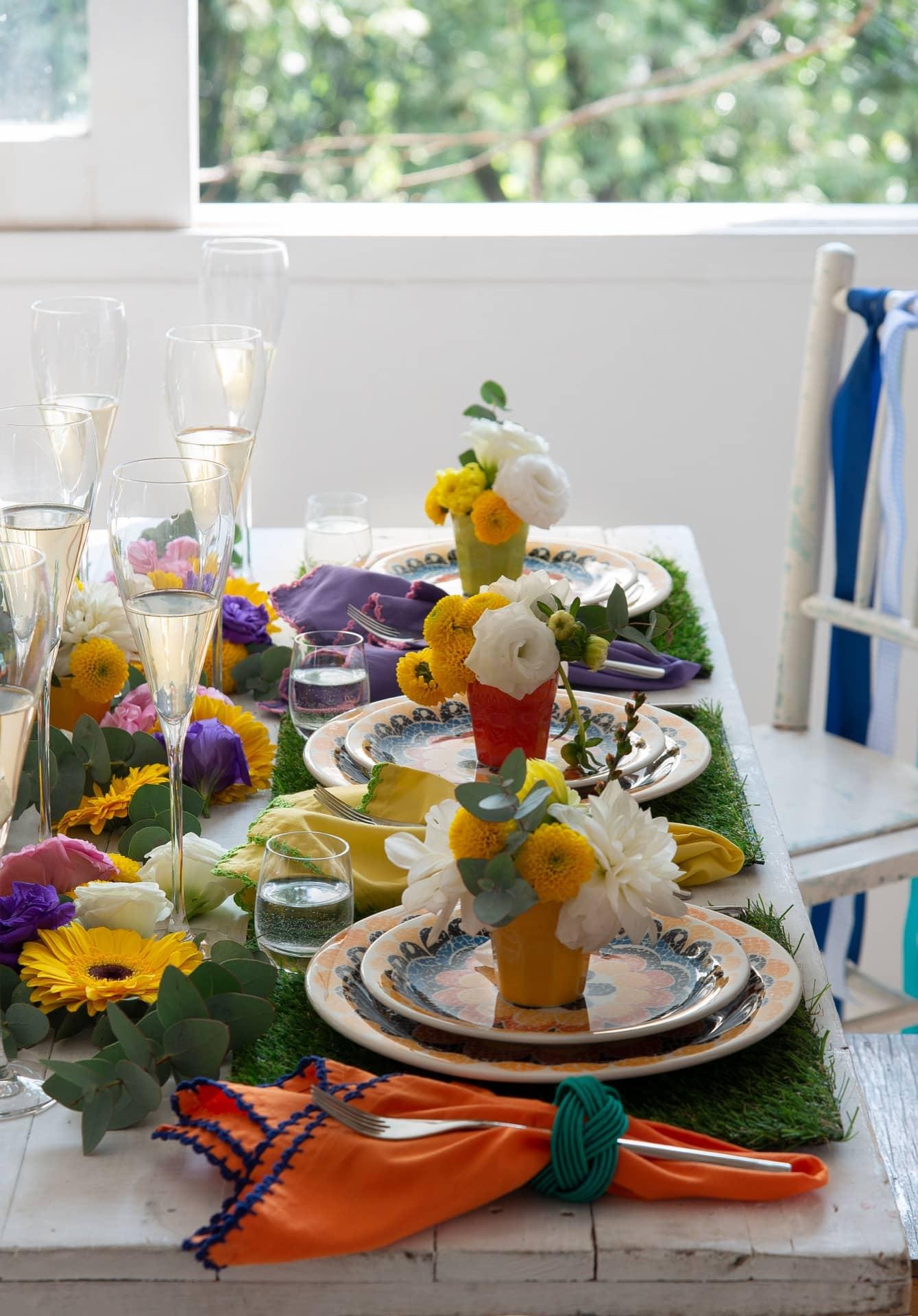 Imagem: Na mesa de primavera, os guardanapos Graziela Guimarães Home têm acabamento de crochê em cores contrastantes. Foto: Cacá Bratke