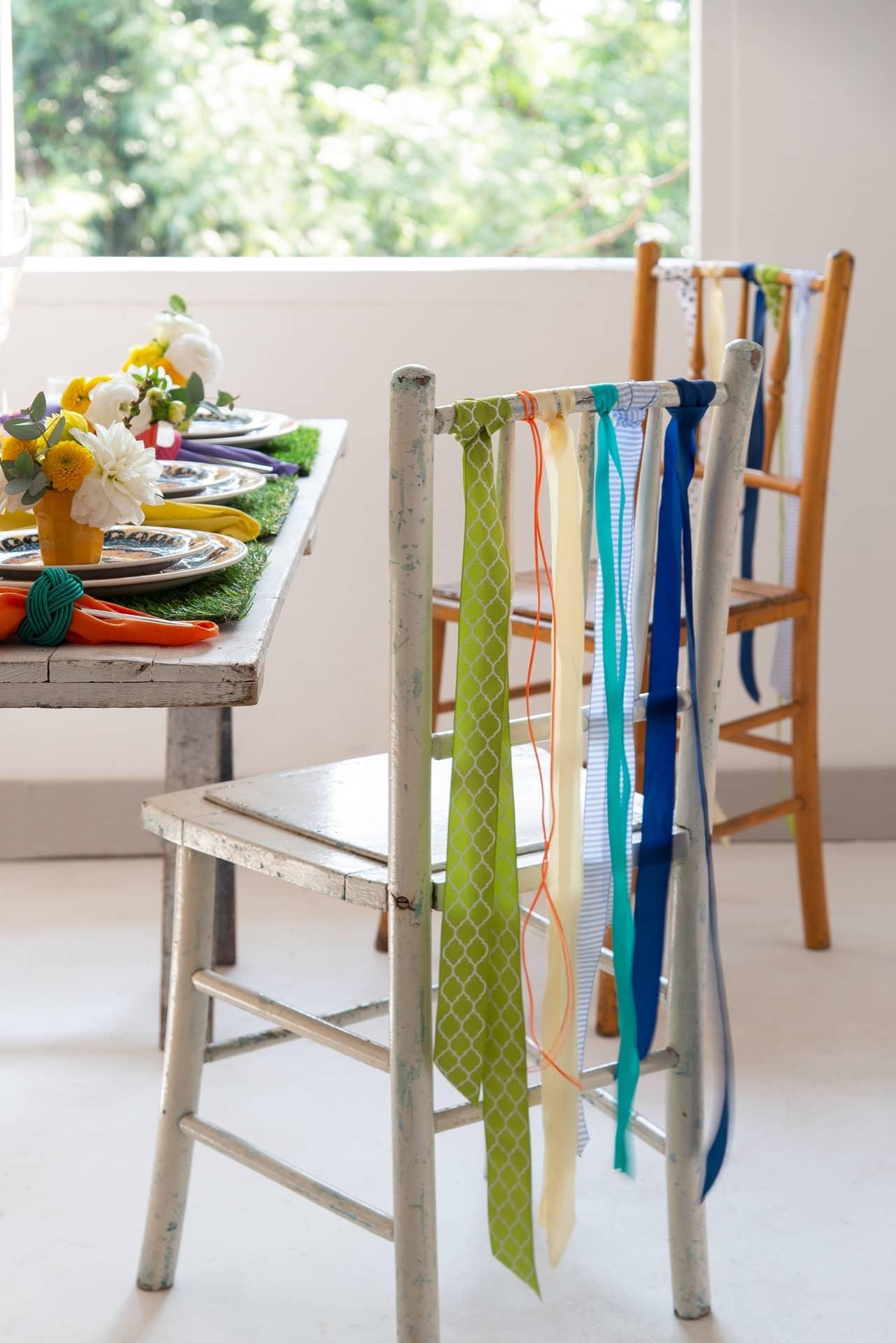 Imagem: As cadeiras também merecem entrar na dança de comemoração da primavera. Amarre fitas coloridas no encosto de cada uma. Foto: Cacá Bratke