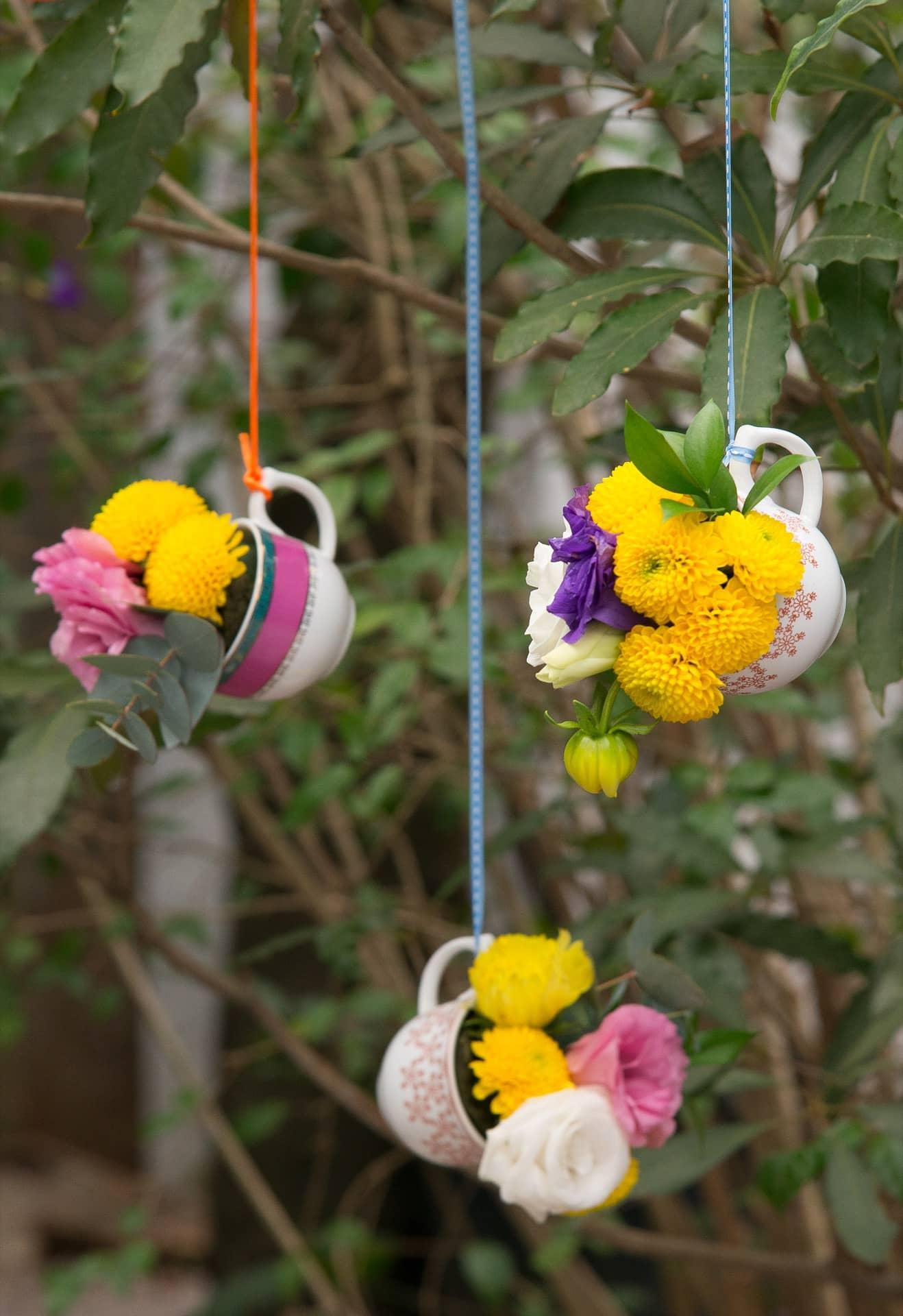 Imagem: Na entrada da casa ou na varanda, pendure xícaras com arranjos feitos com flores espetadas em esponja floral. Estes foram feitos pela Mesa Divina. Foto: Cacá Bratke