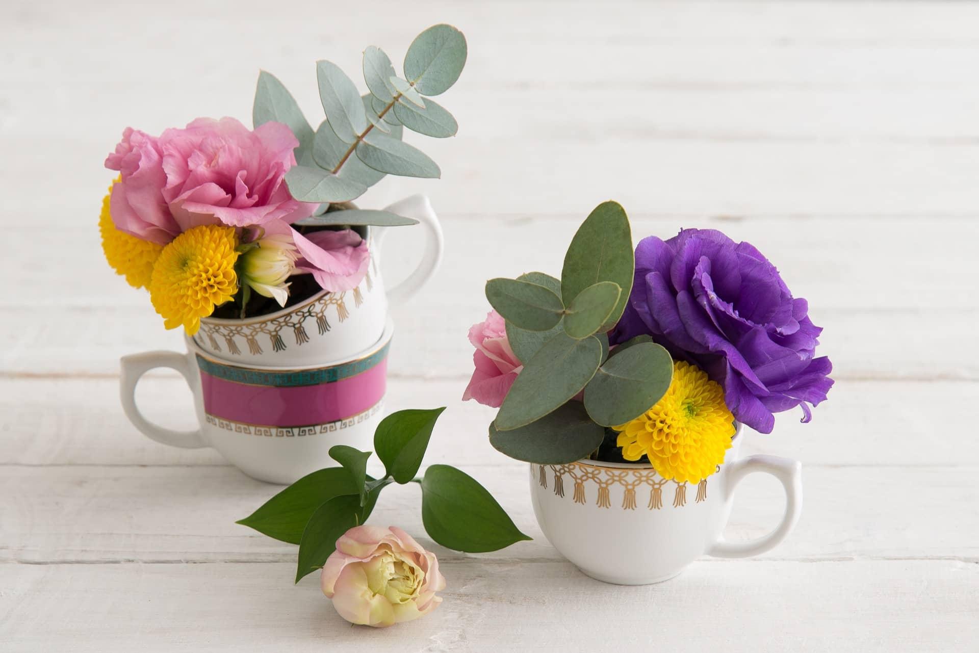 Imagem: O arranjo de flores na xícara é pura poesia! Aqui, usamos duas xícaras da linha Flamingo Macramê e uma da linha Joia Brasileira, ambas da Oxford Porcelanas. Foto: Cacá Bratke.