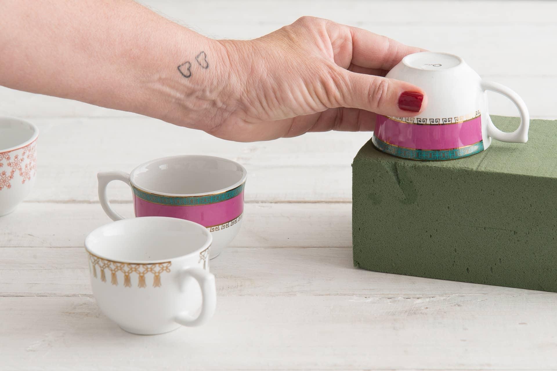 Imagem: Passo 2: Pressione a xícara contra a espuma para marcar o diâmetro.Foto: Cacá Bratke.