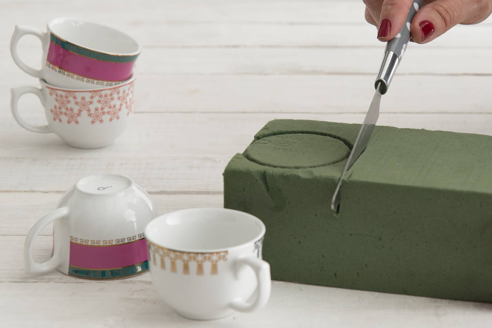 Imagem: Passo 3: Corte a espuma para facilitar na hora de encaixá-la dentro da xícara.Foto: Cacá Bratke.