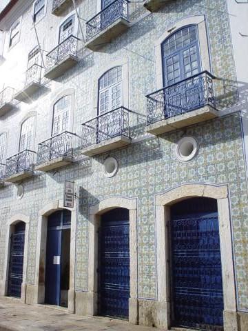 Imagem: Fachada revestida de azulejos antigos em São Luís do Maranhão. Foto: Frank Kramer.