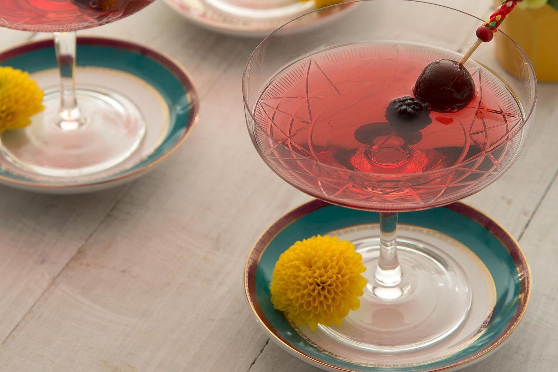 Imagem: Para servir o drink de espumante com frutas vermelhas, use os pires das xícaras de café como apoio. Produção: Cláudia Pixu. Foto: Cacá Bratke.