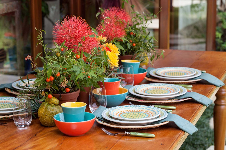 Imagem: Como essa é uma mesa para café da manhã, bowls e canecas bicolores, também da linha Oxford Daily, complementam a composição. Os bowls podem ser usados para servir frutas ou cereais. Foto: Julia Ribeiro.