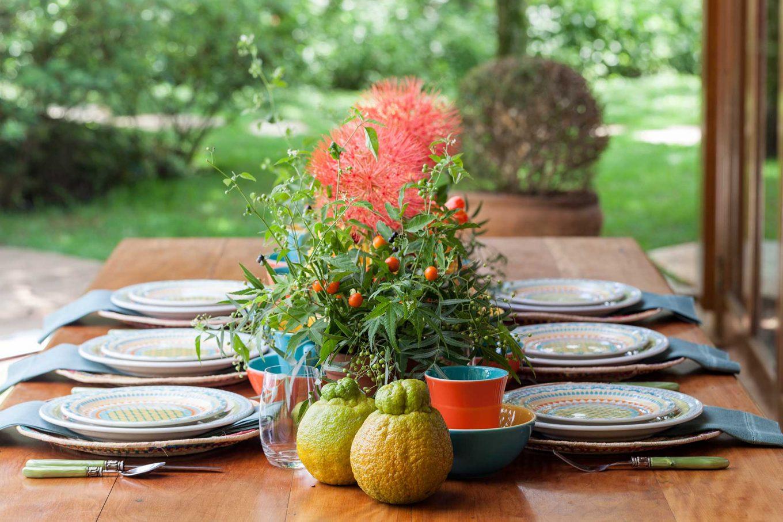 Imagem: A Lucila escolheu um local mais aberto para a montagem da mesa. Tudo na composição combina com esse clima de mais frescor e alegria, desde a escolha da louça até os arranjos diferenciados. Foto: Julia Ribeiro.
