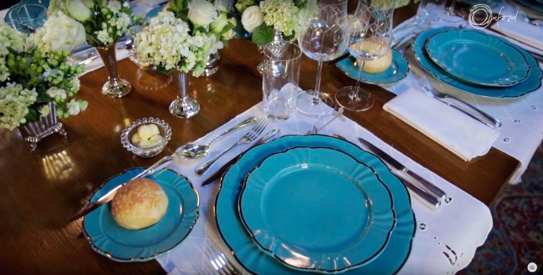 Imagem: A mesa posta perfeita precisa de uma louça incrível! Aqui, a Lucila usou pratos da coleção Soleil Aurora, da Oxford Porcelanas.