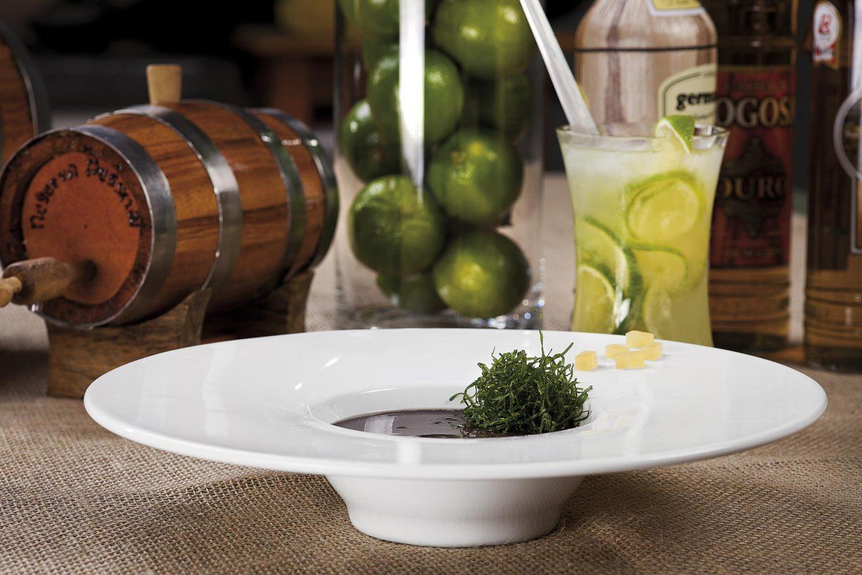 Imagem: O formato chama a atenção e vai despertar a criatividade na hora de servir. Aqui, uma feijoada servida nesse prato.