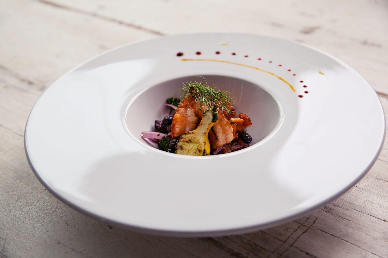 O prato de entrada sendo usado para servir uma entrada de camarões marinados.