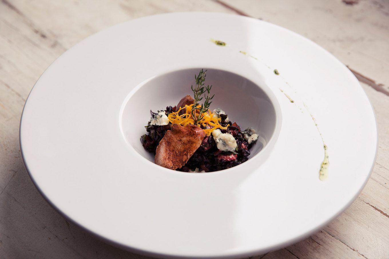 Imagem: O prato de entrada servindo a refeição principal: risoto de gorgonzola.