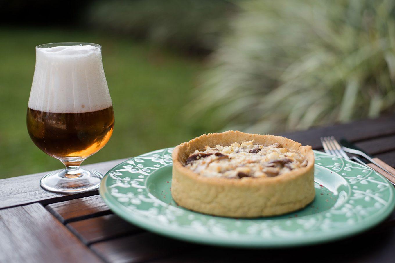 Imagem: Quiche de shitake harmonizada com cerveja tipo Blond Ale ou Gold Ale. Foto: Karla Rudnick.