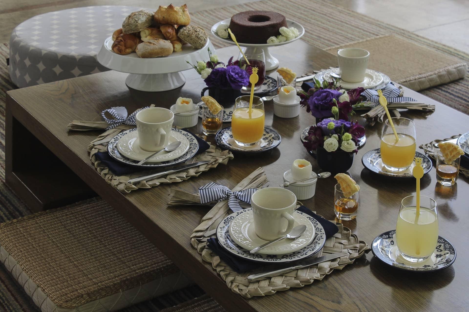 Imagem: Informal e colorido, o café da manhã na mesa da sala convida a um bate papo prolongado. Perfeito para o final de semana! Foto: Cacá Bratke