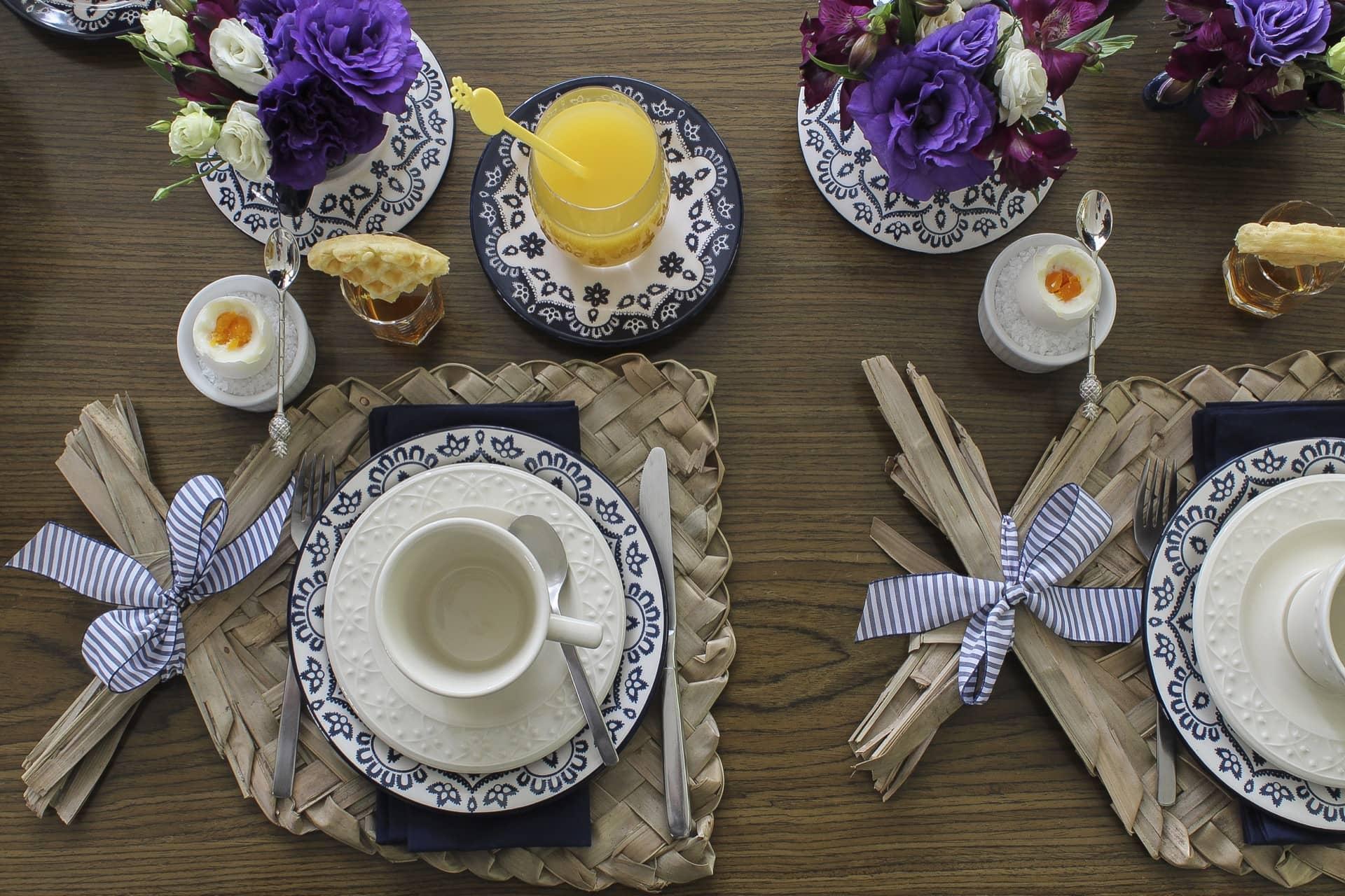 Imagem: Mistura das louças Floreal Energy e Mendi Marfim para um café da manhã incrível. Produção: Claudia Pixu. Foto: Cacá Bratke.