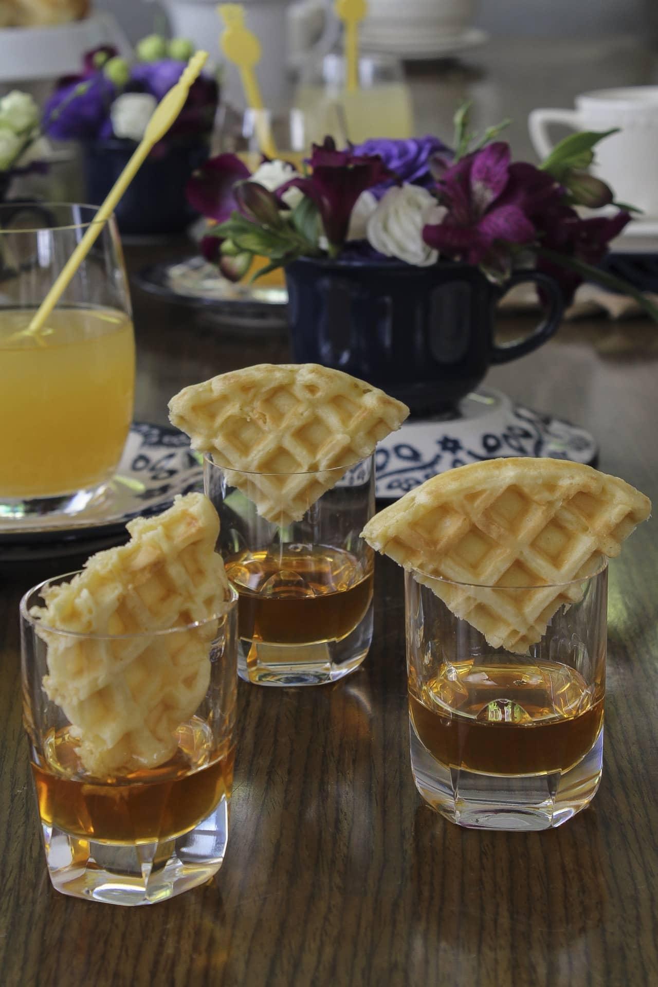 Imagem: Sirva os waffles em porções individuais. Corte-os em triângulos e coloque dentro de copinhos com mel dentro. Além de charmoso, fica prático. Foto: Cacá Bratke