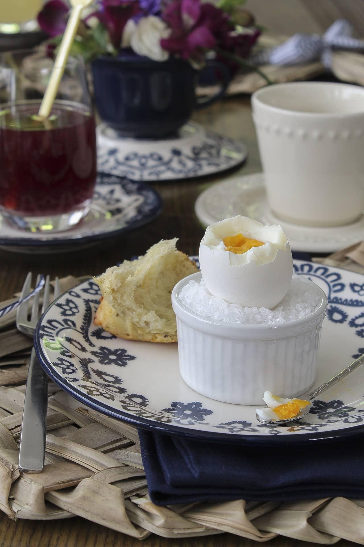 Imagem: Para servir ovo quente, use um ramequin. É só enchê-lo com sal grosso, cavar um pequeno buraco no centro e ele se transforma num porta-ovo. Você encontra ramequin de várias cores e tamanhos no site da Oxford Porcelanas. Foto: Cacá Bratke