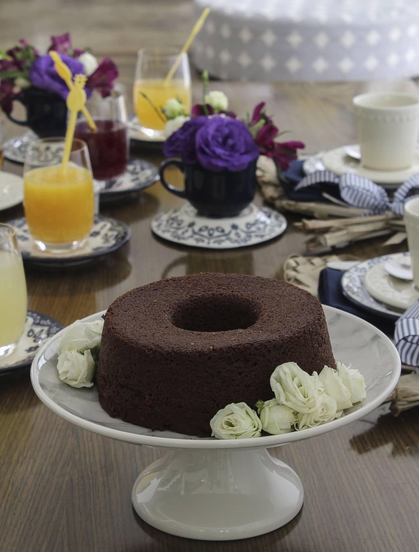 Imagem: O bolo simples ganha graça com flores em volta. Lave-as bem antes de usar, e lembre-se que é apenas um enfeite, não são comestíveis. Prato de bolo Coup Mármore, com estampa de mármore, da Oxford Daily.