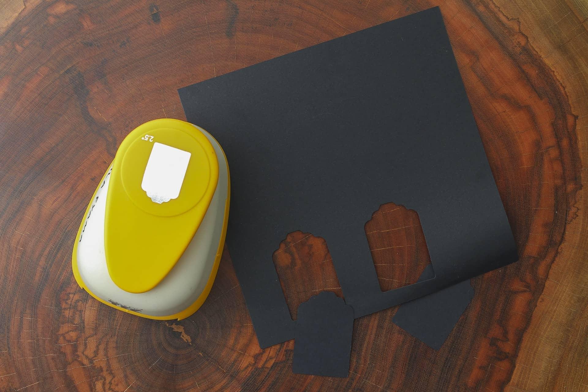 Imagem: Passo 1: corte as etiquetas com o cortador (ele costuma ser encontrado em papelarias e lojas que vendem artigos para scrapbook). Foto: Cacá Bratke.